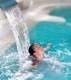 Jet de la cascada de la mujer de la hidroterapia del balneario Foto de archivo