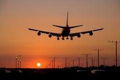 Jet de la puesta del sol que aterriza 2 Foto de archivo