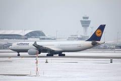 Jet de Lufthansa Airbus A330-300 D-AIKM faisant le taxi sur la piste neigeuse Photos stock