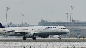 Jet de Lufthansa Airbus A321-100 D-AIRC que saca del aeropuerto de Munich, nieve almacen de metraje de vídeo