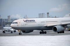 Jet de Lufthansa Airbus A330-300 faisant le taxi dans l'aéroport de Munchen Photos libres de droits