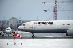 Jet de Lufthansa Airbus A330-300 Hamm faisant le taxi dans l'aéroport de Munchen Photographie stock libre de droits