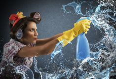 Jet de nettoyage de femme au foyer Images stock
