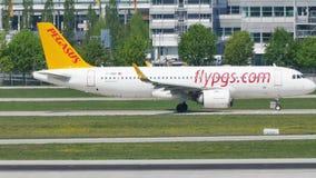 Jet de Pegaso que hace el taxi en el aeropuerto de Munich, MUC metrajes