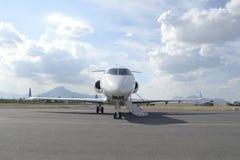Jet de taille moyenne avec des dérives photo stock