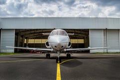 Jet de tamaño mediano parqueado Imagenes de archivo