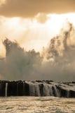 Jet de vague au-dessus de Lava Rock Wall photos libres de droits