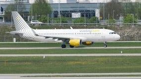 Jet de Vueling que hace el taxi en el aeropuerto de Munich, MUC metrajes
