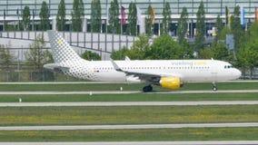 Jet de Vueling que hace el taxi en el aeropuerto de Munich, MUC almacen de video