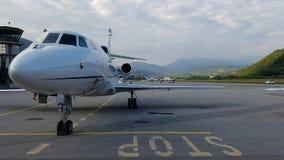 Jet del negocio corporativo en la pista de despeque Fotografía de archivo libre de regalías