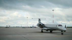 Jet del negocio - pequeño avión de pasajeros en la pista del aeropuerto almacen de video