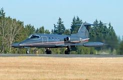 Jet del negocio que saca la pista en la hora de oro Fotos de archivo