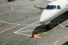 Jet del viajero en pista de rodaje Fotografía de archivo