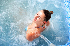 Jet della cascata della donna di idroterapia della stazione termale Fotografie Stock
