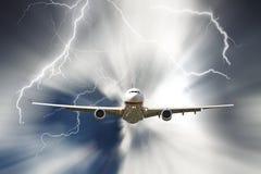 Jet, der durch regnerischen stürmischen Himmel reist Lizenzfreies Stockfoto