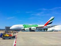 Jet der Emirat-Fluglinie A380 auf Asphalt lizenzfreies stockbild