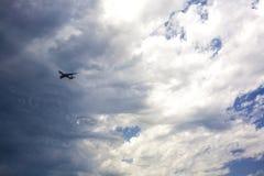 Jet, der gegen einen stürmischen Himmel sich nähert Stockfotos