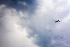 Jet, der gegen einen stürmischen Himmel sich nähert Lizenzfreies Stockfoto