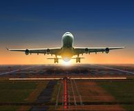 Jet die van luchthavenbaan van start gaan voor het reizen en logis royalty-vrije stock foto