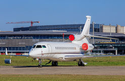 Jet du faucon 7X de Dassault dans l'aéroport de Zurich Photos libres de droits