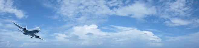 Jet in een blauwe bewolkte hemel Royalty-vrije Stock Foto's