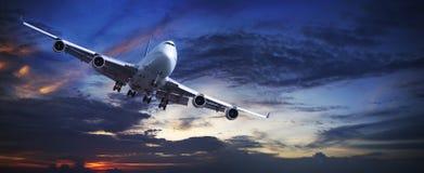 Jet in een hemel bij zonsondergang royalty-vrije stock afbeelding