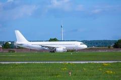 Jet en el aeropuerto internacional de Stuttgart Foto de archivo