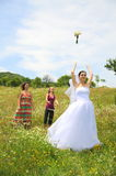 Jet en l'air de bouquet de mariée aux bachlorettes photographie stock libre de droits