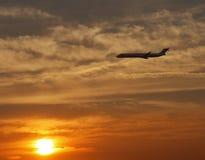 Jet en la puesta del sol Foto de archivo libre de regalías