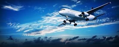 Jet en un cielo de la puesta del sol Foto de archivo libre de regalías