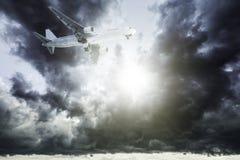 Jet en un cielo tempestuoso foto de archivo libre de regalías