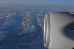 Jet Engine avec la lumière de coucher du soleil a tiré de la fenêtre de passager - novembre 2013 Photographie stock libre de droits