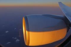 Jet Engine con la luz de la puesta del sol tiró de ventana del pasajero - noviembre de 2013 Imagen de archivo libre de regalías