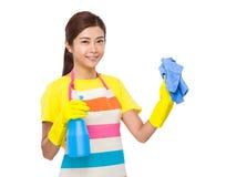 Jet et serviette asiatiques d'utilisation de femme au foyer Photographie stock