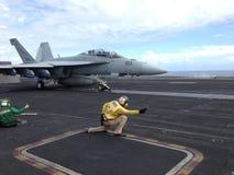 Jet FA-18 sur le porte-avions photographie stock libre de droits