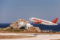 Jet facile de départ de Santorini Photographie stock libre de droits