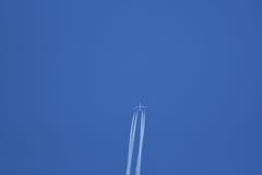 Jet-Flugzeug im Flug, das Dampfspuren hinterlässt Stockbilder