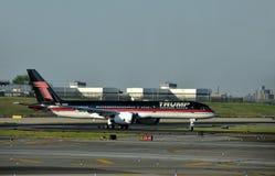 Jet-Flugzeug mit dem Logo des Trumpfs Stockbilder