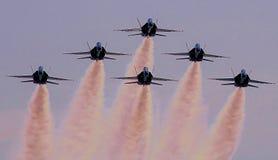 Jet Formation mit Contrails Lizenzfreie Stockfotos