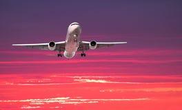 Jet grande que llega la puesta del sol Foto de archivo