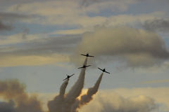 Jet-Kampfflugzeuge, die aus den Wolken heraus fliegen Lizenzfreie Stockfotografie