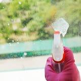 Jet liquide de bouteille de jet sur le vitrail Images stock
