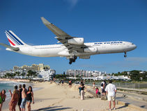 Jet Over Maho Beach Photographie stock