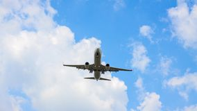 Jet-Passagierflugzeug von unterhalb geschossen lizenzfreie stockbilder