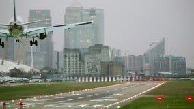 Jet Plane Lands At City-Flughafen - Wolkenkratzer-hinterer Tropfen stock video