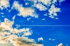 Jet Plane que cruza el cielo Foto de archivo libre de regalías