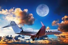Jet privé dans un ciel de lever de soleil Photo stock