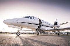 Jet privé prêt pour l'embarquement Photographie stock