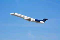 Jet privado del asunto corporativo en el cielo azul Foto de archivo