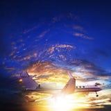 Jet privado en cielo de la puesta del sol Foto de archivo